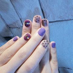 圆形紫色金银线波点短指甲美甲图片