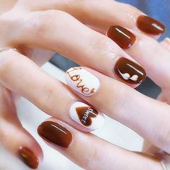 圆形棕色白色手绘心形巧克力美甲图片