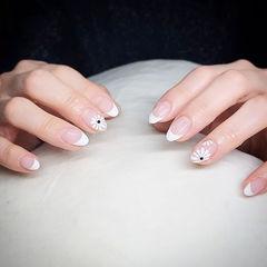 圆形白色手绘花朵简约法式美甲图片