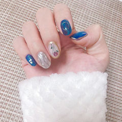 圆形蓝色银色水波纹手绘花朵晕染日式美甲图片