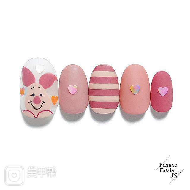 圆形粉色裸色手绘小猪可爱条纹亮片磨砂美甲图片