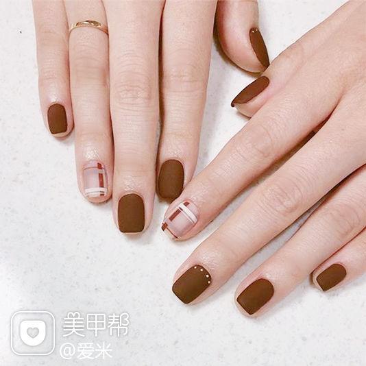 方圆形棕色裸色线条磨砂美甲图片
