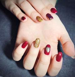 圆形红色金色心形跳色新年美甲图片