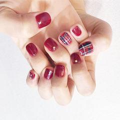 方圆形红色格纹短指甲美甲图片