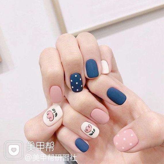 方圆形蓝色粉色白色手绘花朵磨砂跳色波点美甲图片