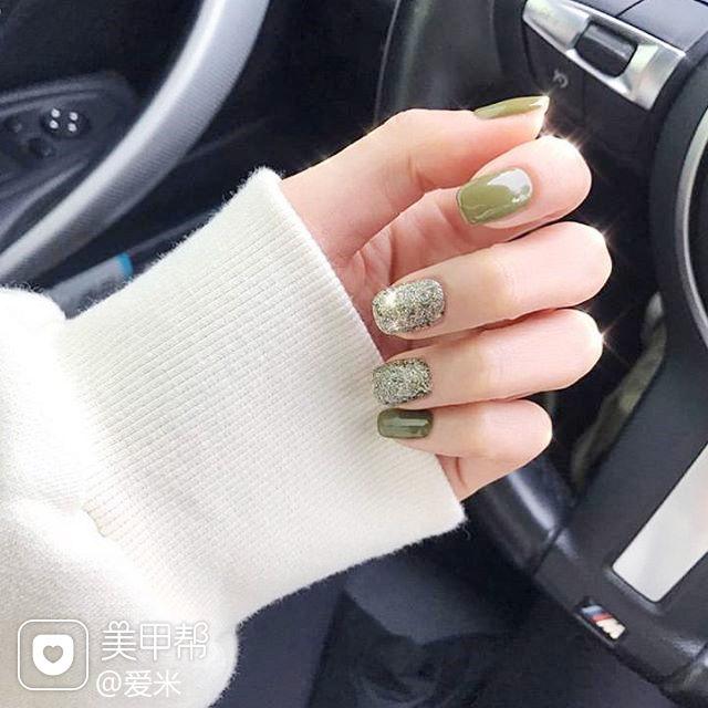 方圆形绿色简约美甲图片