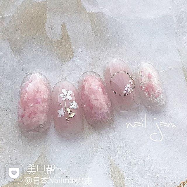 圆形粉色白色晕染花朵亮片简约上班族日式美甲图片
