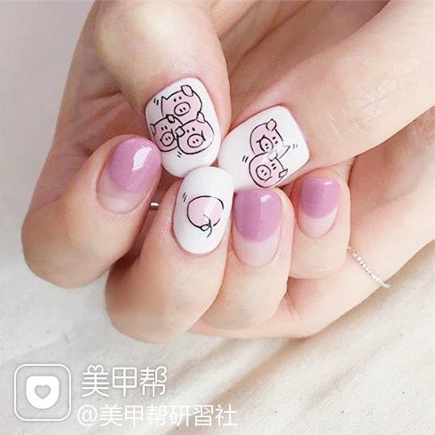 圆形粉色白色手绘小猪圆法式可爱新年美甲图片