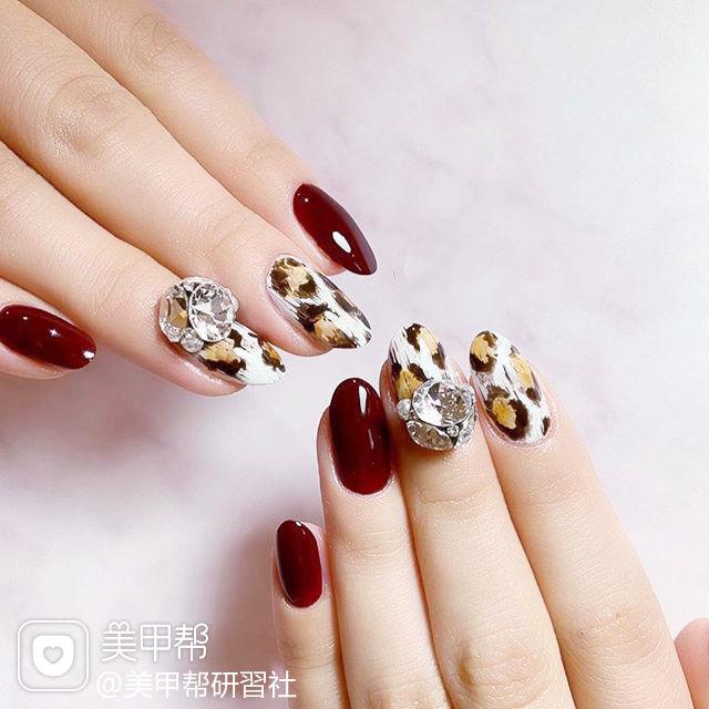 圆形红色白色棕色手绘豹纹钻美甲图片