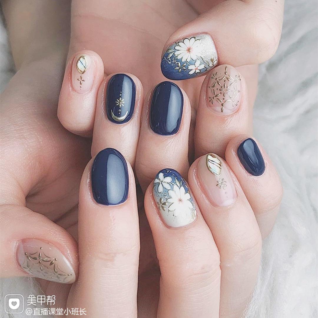 圆形蓝色白色手绘花朵日式美甲图片