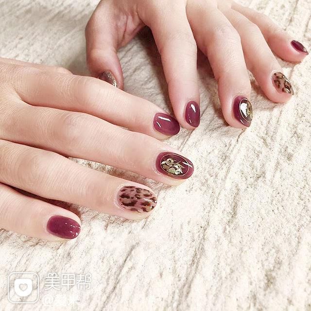 圆形棕色玫红色手绘豹纹美甲图片