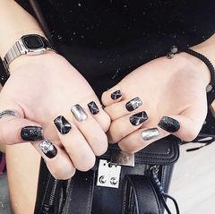 方圆形黑色银色钻晕染石纹美甲图片
