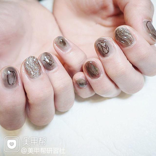圆形棕色银色晕染日式短指甲美甲图片