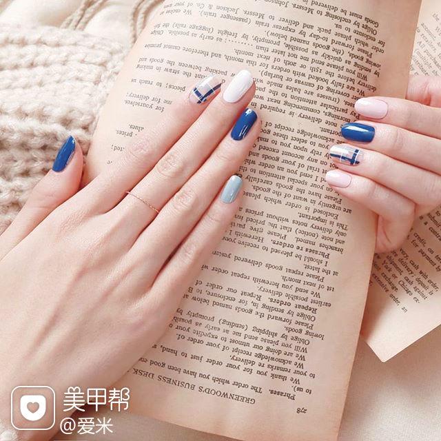 圆形蓝色白色线条美甲图片