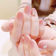 圆形粉色包边钻短指甲简约美甲图片