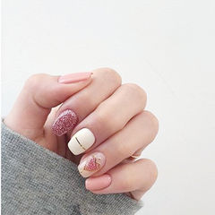方圆形粉色白色金银线心形美甲图片
