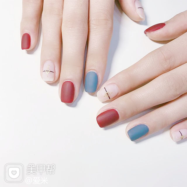 方圆形红色蓝色白色线条跳色磨砂简约美甲图片