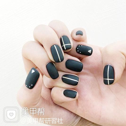 方圆形黑色线条磨砂美甲图片