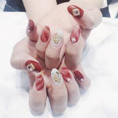 圆形红色白色晕染金箔珍珠新娘美甲图片