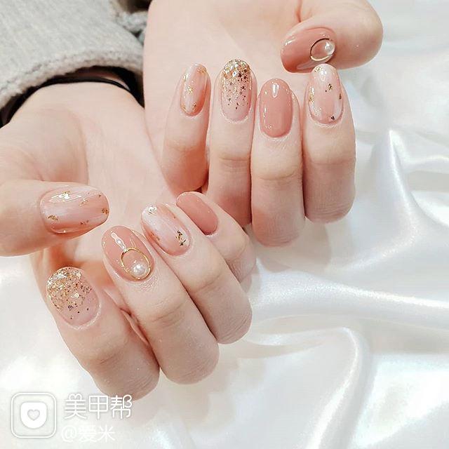 圆形粉色晕染金箔珍珠美甲图片