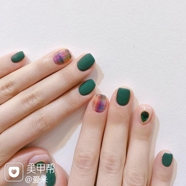 方圆形绿色格纹钻磨砂美甲图片