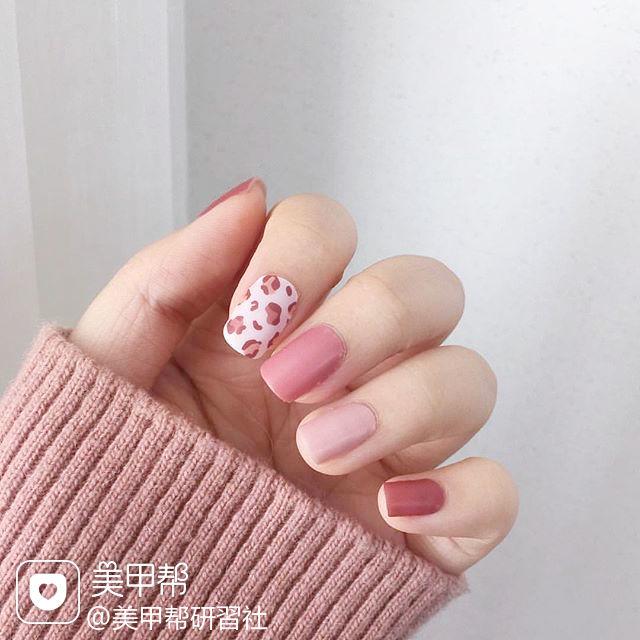 方圆形粉色白色手绘豹纹美甲图片
