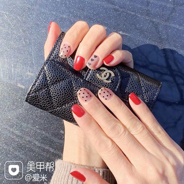 方圆形红色黑色波点美甲图片