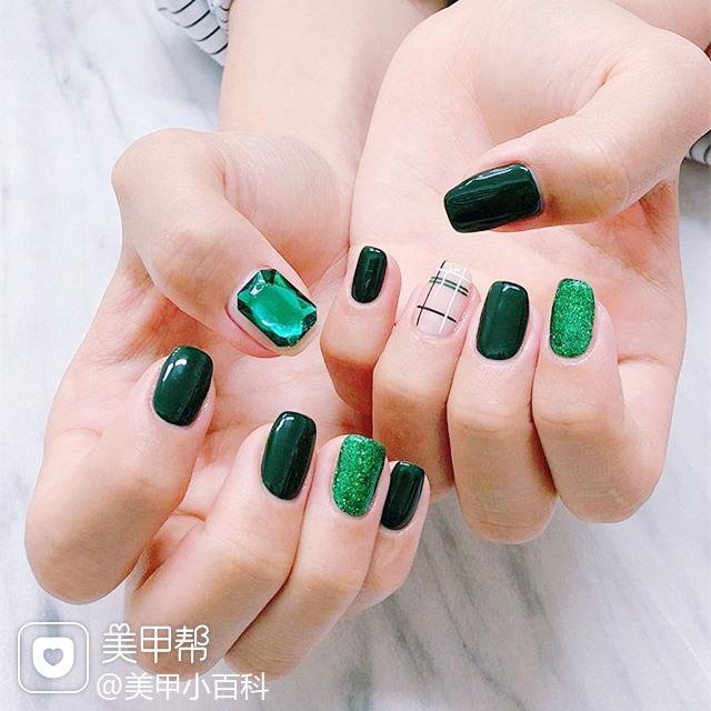 方圆形绿色白色线条钻美甲图片