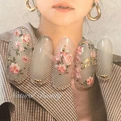圆形粉色白色手绘花朵日式美甲图片