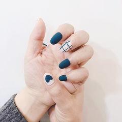 圆形蓝色白色手绘心形格子磨砂美甲图片