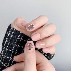 方圆形粉色钻磨砂简约美甲图片