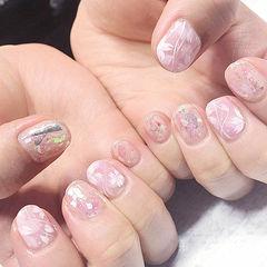 圆形粉色手绘花朵贝壳片短指甲美甲图片