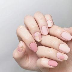 圆形粉色裸色晕染金箔磨砂美甲图片