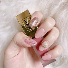 圆形粉色珍珠贝壳片简约美甲图片