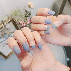方圆形蓝色珍珠平法式磨砂美甲图片