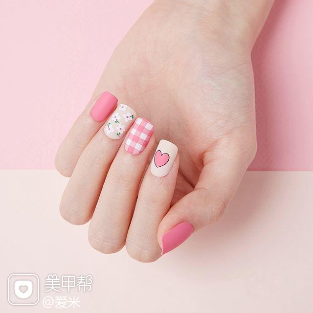 方圆形粉色白色格纹心形花朵美甲图片