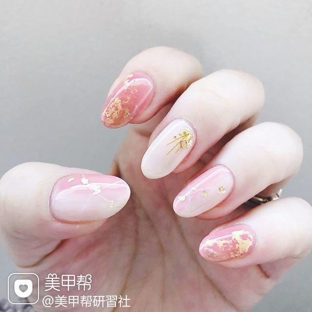 圆形粉色竖形渐变金箔简约美甲图片