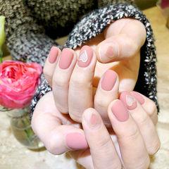 圆形粉色心形镂空磨砂简约上班族美甲图片