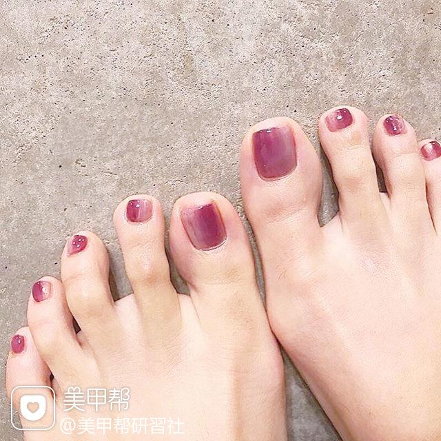 脚部粉色竖形渐变美甲图片