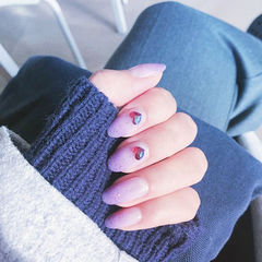 圆形香芋紫色渐变钻美甲图片