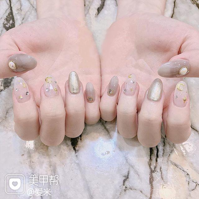 圆形银色裸色星月美甲图片