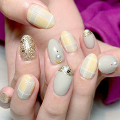 圆形裸色黄色格纹金色珍珠跳色美甲图片