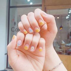 方圆形黄色白色手绘雏菊平法式亮片短指甲春天美甲图片