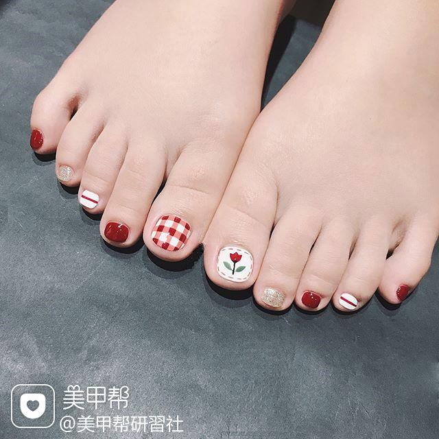 脚部红色手绘花朵格纹美甲图片