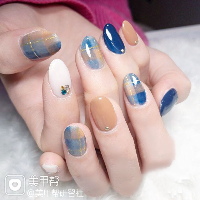 圆形蓝色裸色手绘格纹美甲图片