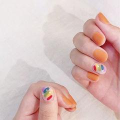 圆形南瓜色手绘彩虹磨砂美甲图片