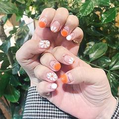 圆形橙色白色金银线手绘雏菊圆法式短指甲春天美甲图片