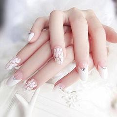 圆形白色手绘花朵钻反法式新娘美甲图片