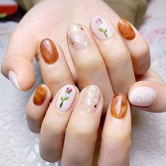 圆形焦糖色白色手绘花朵贝壳片金箔日式春天美甲图片