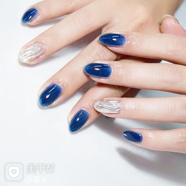 圆形蓝色银色水波纹显白美甲图片